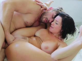 Veronica Avluvs pussy roomy and squirting