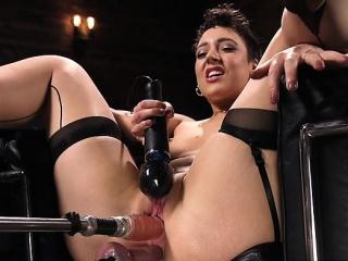 Brunette pornstar imitate penetrated with cumshot
