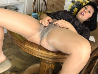 American milf Vivi takes carefulness of her hairy pussy