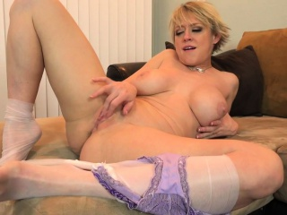 American milf Dee Williams shares her awe-inspiring pussy