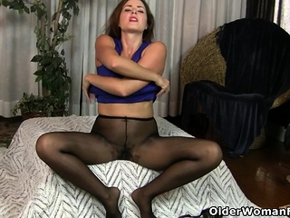 American milf Dee Williams shares the brush of the first water pussy