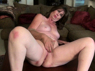 American gilf Kelli starts toying their way puristic pussy
