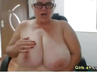 Fat Mature wigggling her big boobies live on webcam